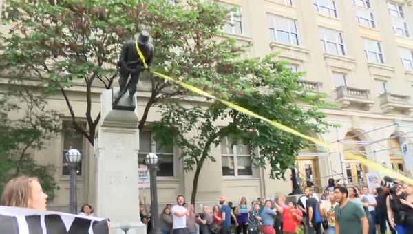 Американцы с  криком Мы - революция скинули памятник войскам Конфедерации
