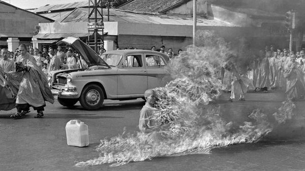 Буддийский монах Тхить Куанг Дык совершивший публичное самосожжение в Сайгоне. 1963 году