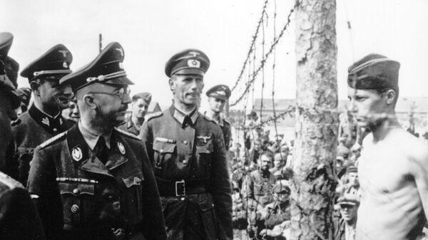 Глава СС и гестапо Генрих Гиммлер осматривает немецкий лагерь военнопленных на оккупированной территории Советского Союза
