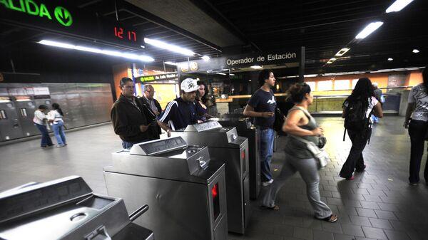 Пассажиры на станции метро в центре Каракаса, Венесуэла