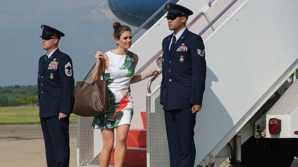 Директор по стратегическим коммуниккциям Белого дома Хоуп Хикс спускается с трапа самолета в Нью-Джерси. 30 июня 2017