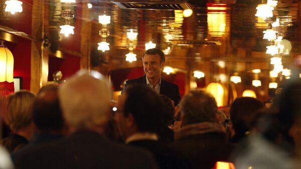 Эммануэль Макрон в ресторане La Rotonde в Париже