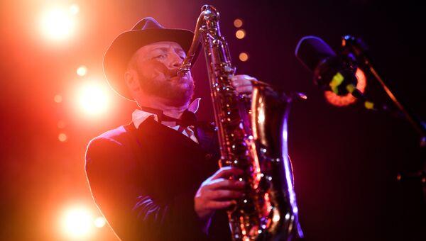 Музыкант Александр Бриль во время выступления коллектива Brill Family на фестивале Koktebel Jazz Party 2017