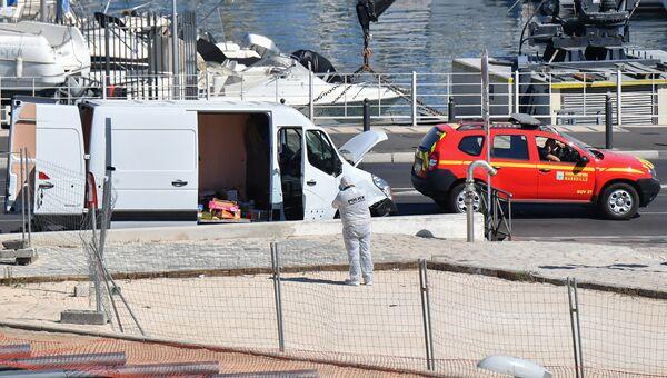 Полицейские на месте наезда автомобиля на автобусные остановки в Марселе