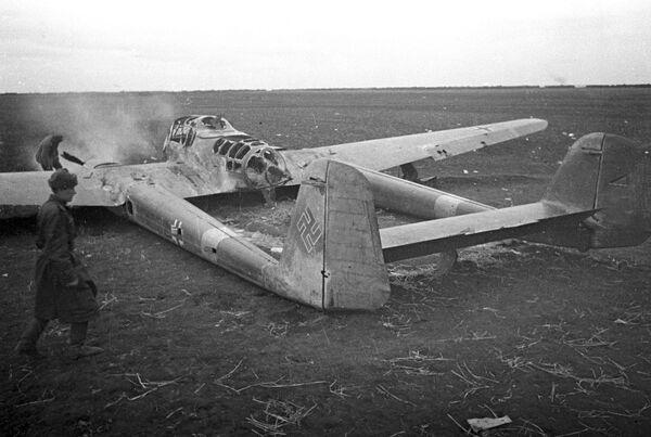 Подбитый во время Сталинградской битвы немецкий самолет-разведчик