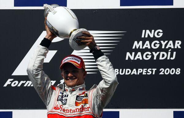 Хейкки Ковалайнен празднует победу на Гран-при Венгрии