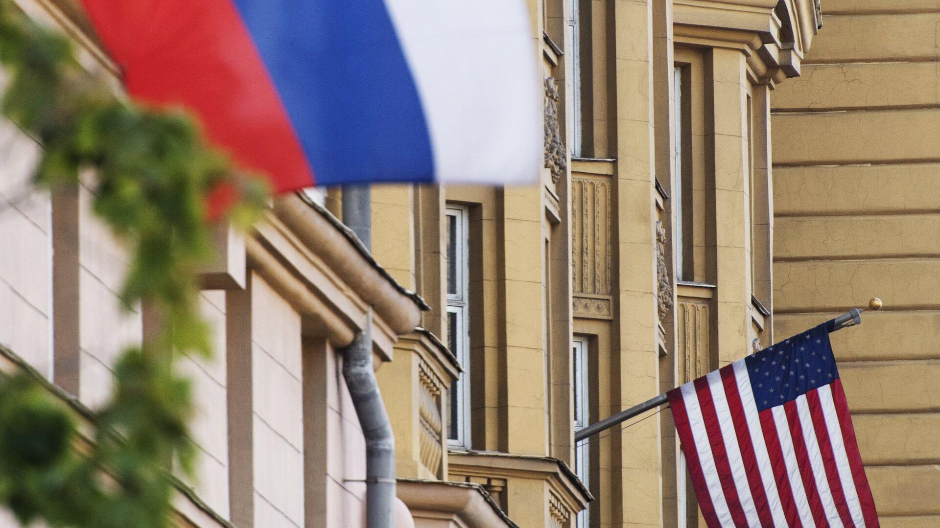 Флаги России и США на здании американского посольства в Москве - РИА Новости, 1920, 23.02.2021