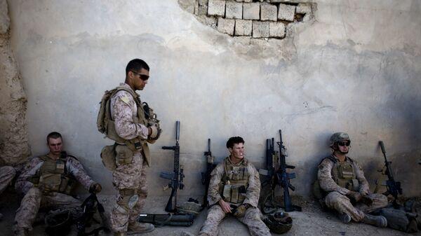 Морские пехотинцы США отдыхают во время патрулирования города Сангин в Афганистане
