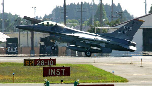 Американский истребитель F-16 ан авиабазе Мисава в Японии