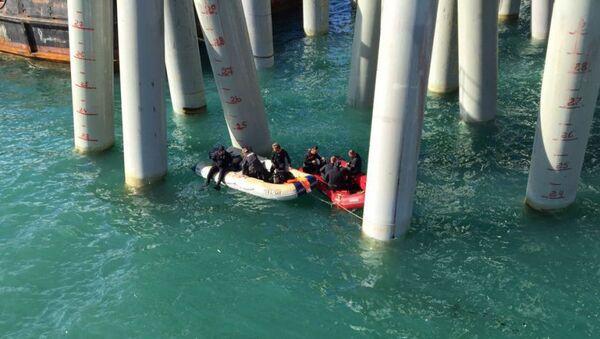 Спасатели во время поисковых работ у места падения автобуса с людьми в море
