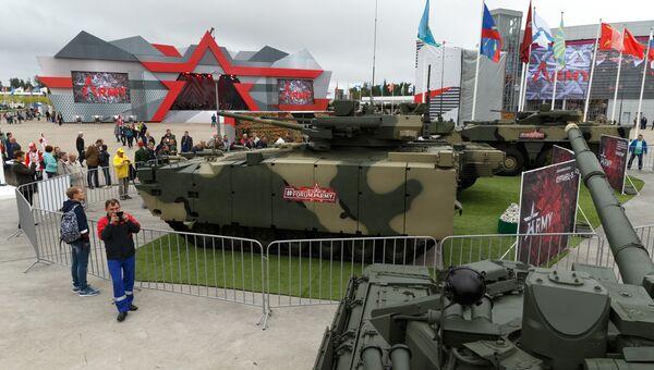 БМП Бумеранг и танк Армата на форуме Армия-2017. Архивное фото