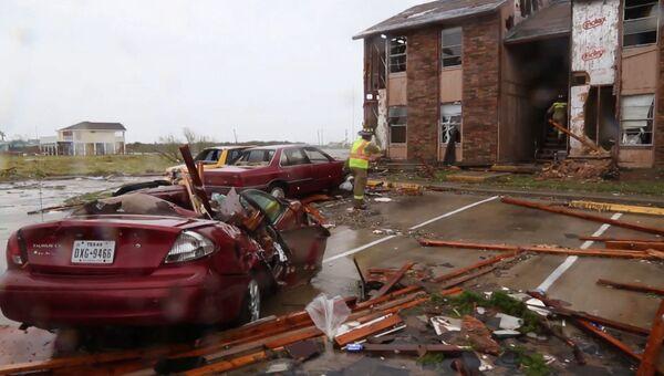 Спасатели обследовали дома в разрушенном ураганом Харви Рокпорте