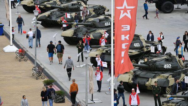 Посетители у военной техники, представленной в рамках международного военно-технического форума Армия-2017