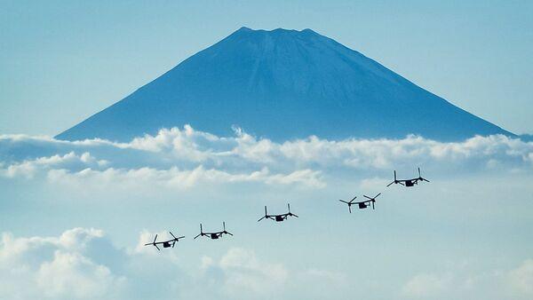 Американские конвертопланы Osprey на фоне горы Фудзи в Японии