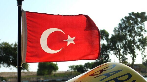 Флаг Турции на катере в Анталье