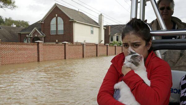 Спасение девушки после урагана Харви в Хьюстоне, штат Техас. 29 августа 2017