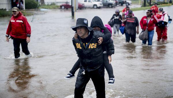 Жители Хьюстона спасаются с затопленного района после урагана Харви, штат Техас. 29 августа 2017
