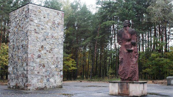 Памятник жертвам нацистского режима на территории лагеря смерти Собибор в Польше. Архивное фото