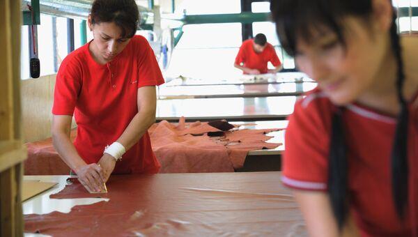 Участок раскроя кожи и ткани на мебельной фабрике Британика в Москве. Архивное фото