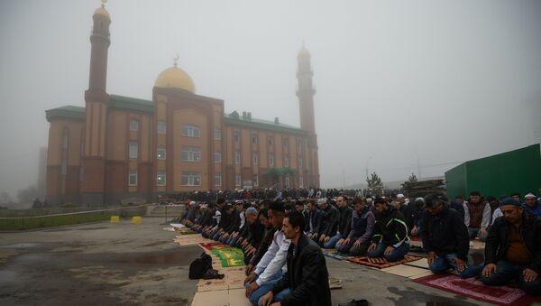 Мусульмане в день праздника жертвоприношения Курбан-байрам возле мечети имени шейха Кунта-Хаджи Кишиева в Новосибирске. 1 сентября 2017