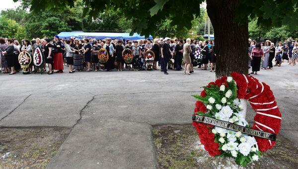 Участники траурных мероприятий 1-го сентября в Беслане