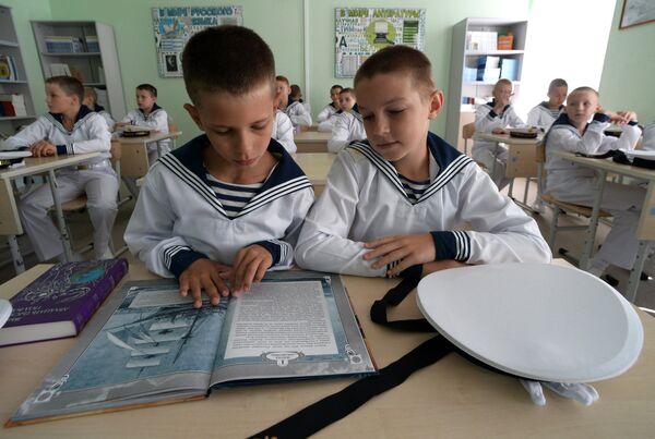 Учащиеся филиала Нахимовского военно-морского училища (Владивостокское президентские кадетское училище) в классе после торжественной линейки, посвященной Дню знаний