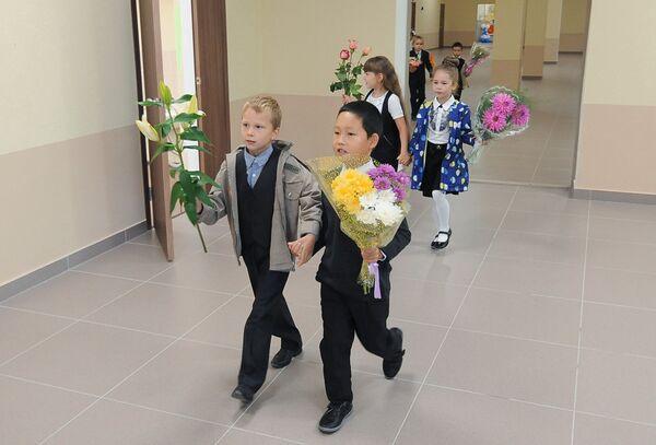 Ученики образовательного центра №2 в Челябинске идут в классы после торжественной линейки, посвященной Дню знаний (образовательный центр впервые принимает первоклассников на новый учебный год)