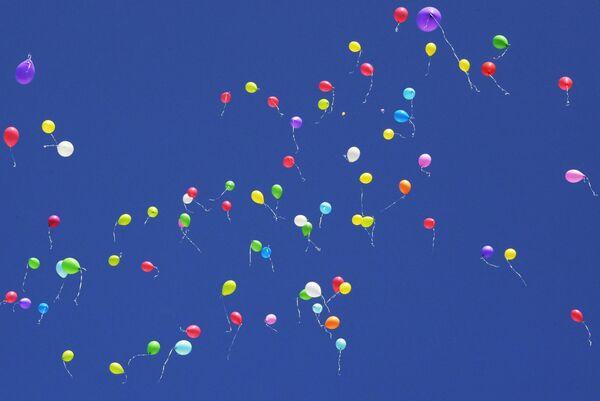 Ученики школы №117 в Москве выпустили воздушные шары в небо во время торжественной линейки, посвященной Дню знаний