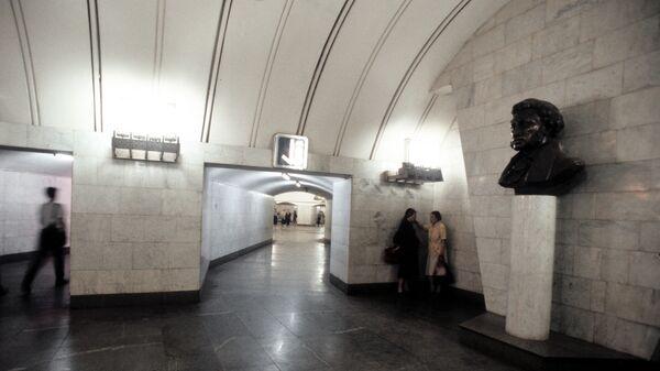 На станции метро Пушкинская в Москве.