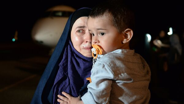 Во время встречи российских детей и женщин, возвращенных из Ирака, в аэропорту Грозного. Архивное фото