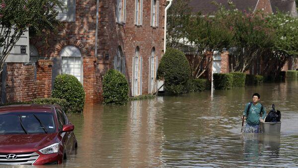 Человек идет по затопленной улице в Хьюстоне, штат Техас. 1 сентября 2017