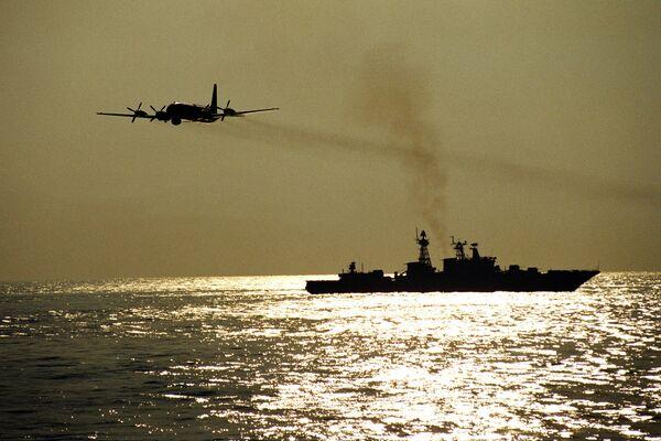 Самолет над морем. Архивное фото