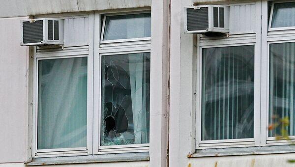 Поврежденное окно школы №1 в Ивантеевке Московской области, где подросток открыл стрельбу. Архивное фото