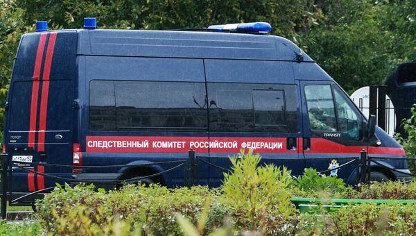 Автомобиль Следственного комитета РФ у здания школы №1 в Ивантеевке Московской области. 5 сентября 2017