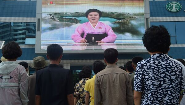 Жители Пхеньяна смотрят выступление Ли Чхун Хи об успешном испытании водородной бомбы по северокорейскому телевидению. 3 сентября 2017
