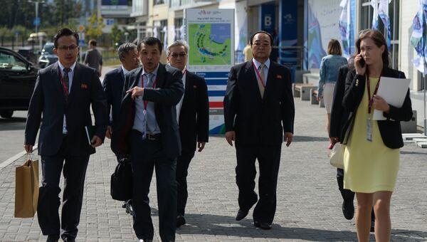 Министр внешнеэкономических дел КНДР Ким Ён Дже (второй справа) перед открытием Восточного экономического форума во Владивостоке