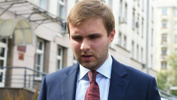 Директор департамента по приватизации Росимущества Евгений Столяров у здания Замоскворецкого суда. 7 сентября 2017