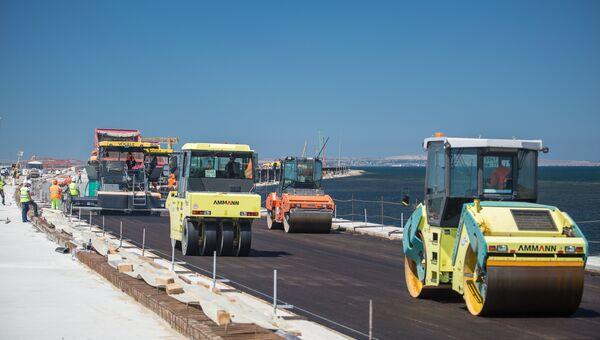 Устройство дорожного покрытия на участке автодорожного моста на острове Тузла. Июль 2017