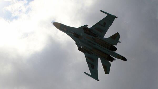 Российский истребитель-бомбардировщик Су-34 взлетает с авиабазы Хмеймим в Сирии