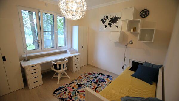Спальная типовой 3-комнатной квартиры, предназначенной для переселения по программе реновации, в шоу-руме на ВДНХ в Москве