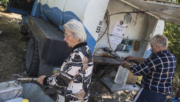 Жители Луганска набирают в канистры питьевую воду. Архивное фото
