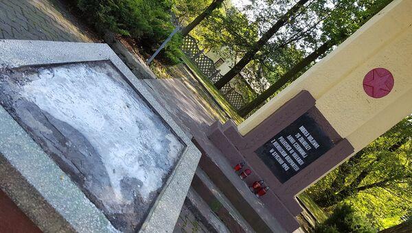 Памятник советским воинам в польском Сосновце после похищения бронзовой плиты. Архивное фото