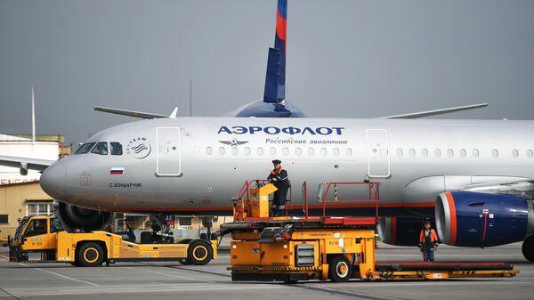 Аэродромный тягач Goldhofer и самолет авиакомпании Аэрофлот Airbus A321 в аэропорту Шереметьево