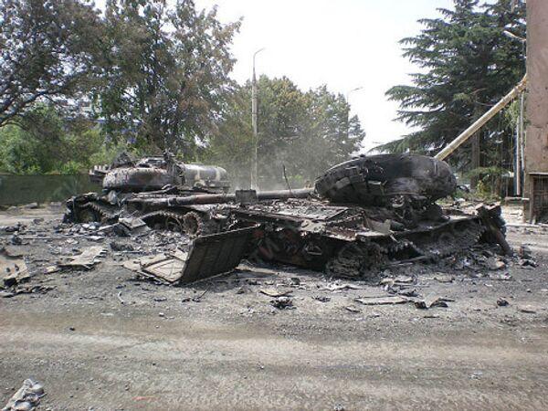 Разрушенная военная техника на улицах Цхинвали