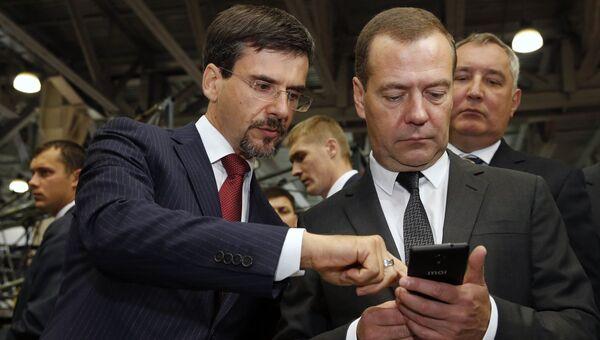 Председатель правительства РФ Дмитрий Медведев во время осмотра павильонов III Международной специализированной выставки Импортозамещение. 12 сентября 2017
