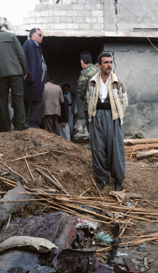 Курд у разрушенного дома в Ираке