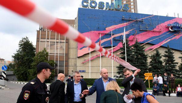 Сотрудник полиции у гостиницы Космос в Москве после сообщения о минировании. 13 сентября 2017
