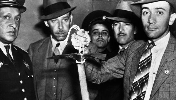 Мексиканские полицейские держат ледоруб, которым был убит Лев Троцкий