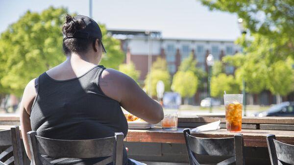 Женщина в летнем кафе. Архивное фото