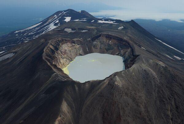 Кратерное озеро вулкана Малый Семячек на Камчатке
